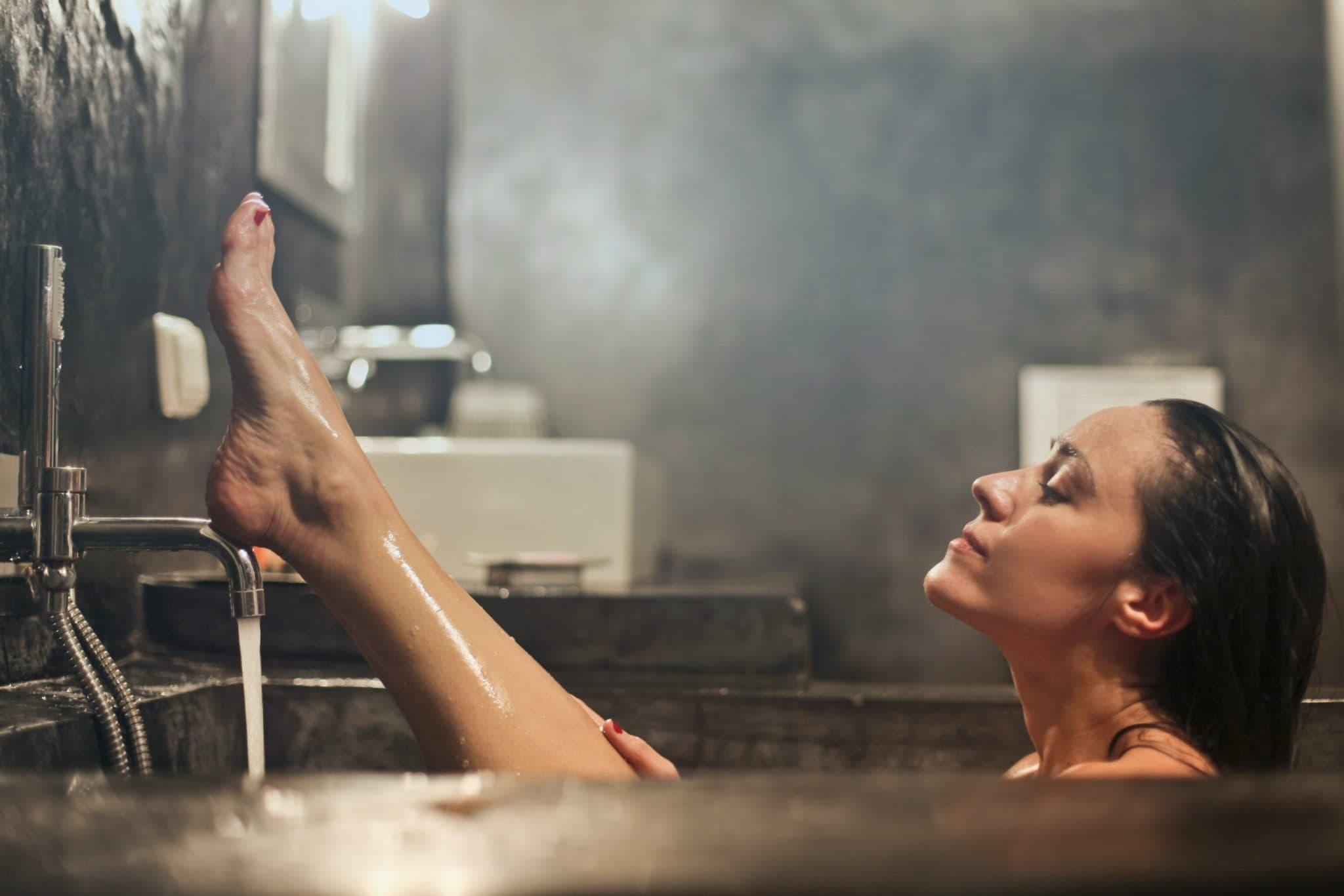 Eine Frau nimmt sich eine Auszeit in der Badewanne