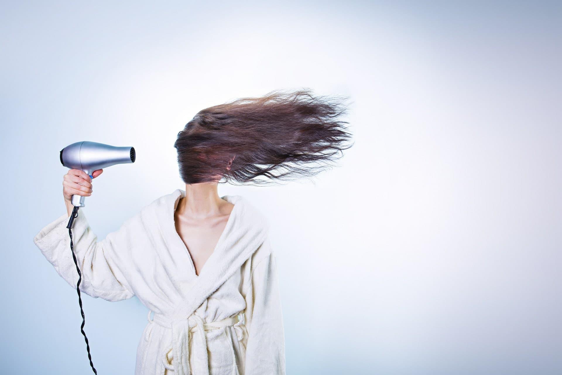 Powerfrau föhnt sich die Haare