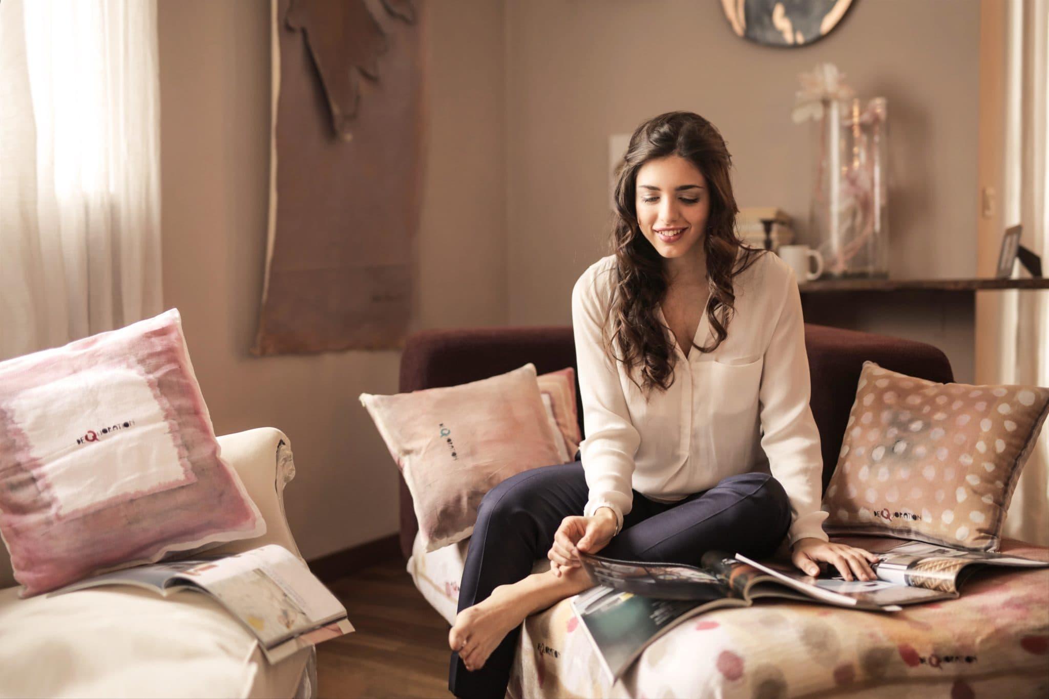 Single Frau am Wochenende alleine auf dem Sofa